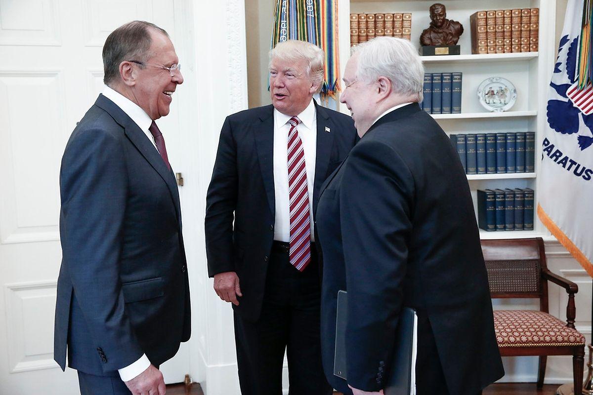 Gutgelaunt: Trump mit dem russischen Außenminister Sergej Lawrow (l.) und dessen Begleiter Sergej Kisljak.
