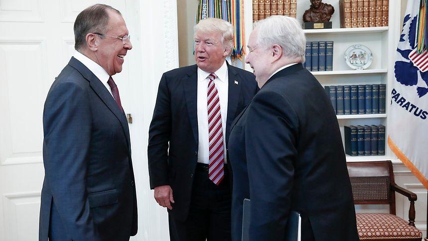 Dieses Treffen war brisant: Der russische Außenminister Lawrow (l.) mit Trump und dem russischen US-Botschafter Kisljak.