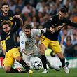 Atletico Madrid (Antoine Griezmann, l., und Lucas Hernandez, r.) wollen mit vereinten Kräften Stadtrivale Real (Sergio Ramos, M.) besiegen.