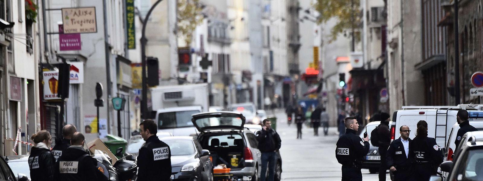 La police près du café La Belle Equipe, rue de Charonne, samedi matin.