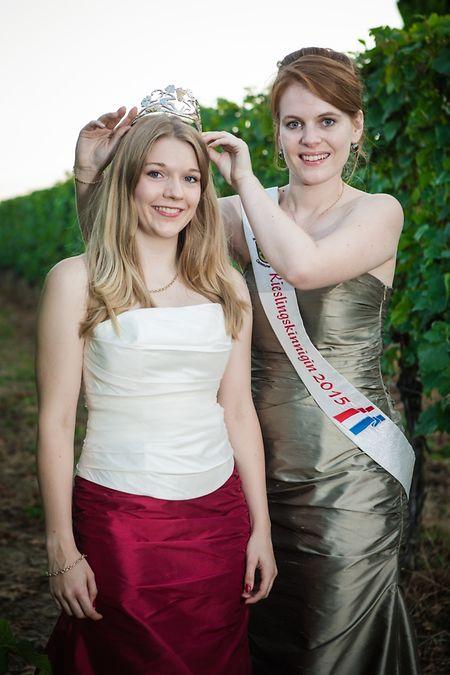 Die amtierende Rieslingkönigin Laura überreichte ihrer Nachfolgerin Jeanne-Marie die Krone.