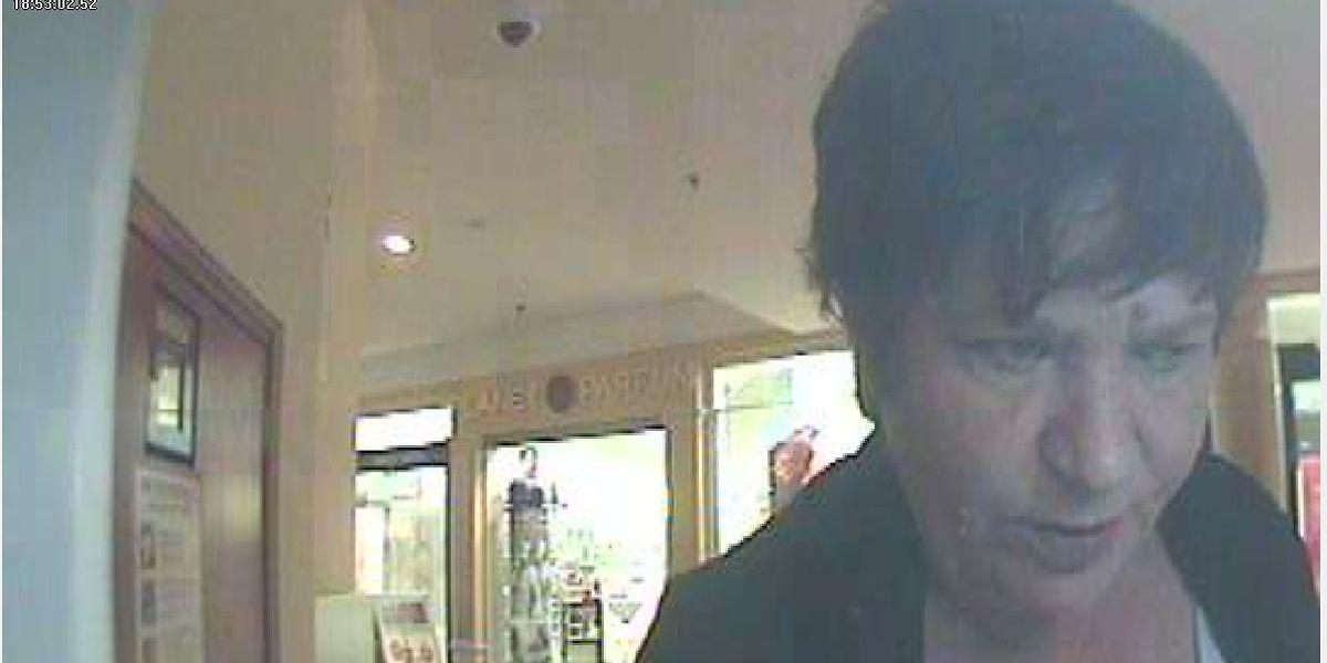 Diese Frau hat am 17. Mai versucht, Geld mit einer gestohlenen Kreditkarte abzuheben.