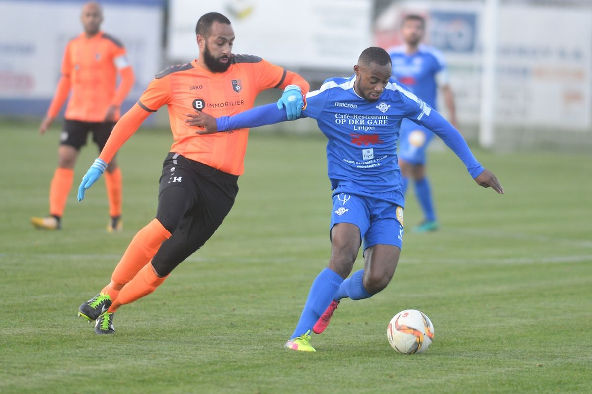 L'Erpeldangeois Mustapha Belkacem tente de contrer Wayoro Amoakon. L'attaquant de l'US Esch était en verve ce dimanche.