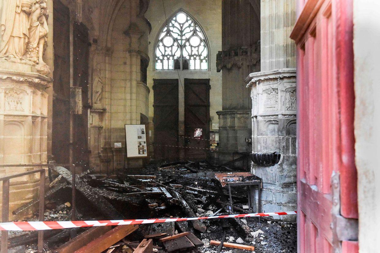 L'intérieur de la cathédrale Saint-Pierre-et-Saint-Paul portait encore, lundi, les stigmates de l'incendie de samedi.