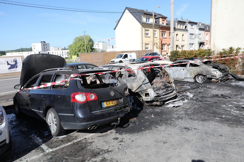 An dem Parkplatz an der Kreuzung zwischen der Route d'Esch und der Rue des Champs sind in der Nacht mehrere Autos in Flammen aufgegangen.
