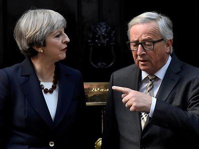 Jean-Claude Juncker, hier mit der britischen Premierministerin Theresa May, gerät nicht zum ersten Mal ins Visier der berüchtigten englischen Boulevardpresse.