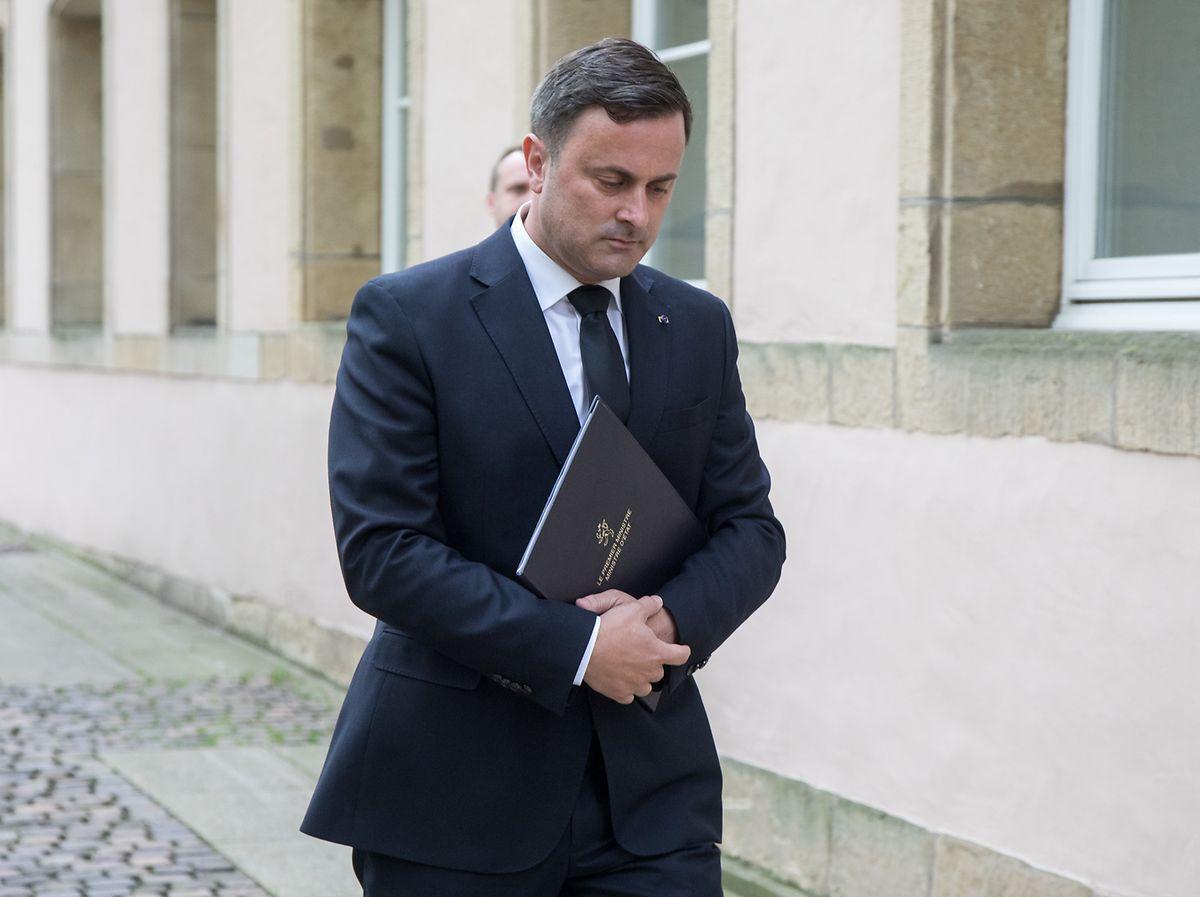 Xavier Bettel auf dem Weg zu seiner öffentlichen Erklärung am Dienstagmorgen.