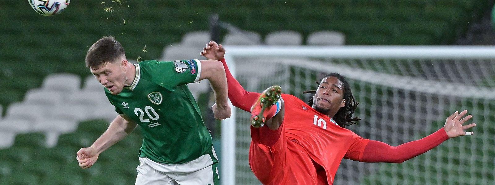 Gerson Rodrigues und die Luxemburger liefern sich mit Irland um Dara O'Shea (l.) ein spannendes Duell.