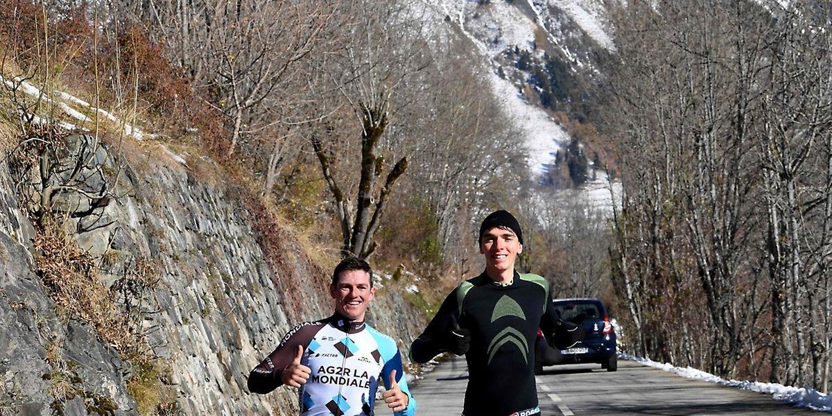 Le Suisse Mathias Frank (à g.), le Français Romain Bardet (R) et toute l'équipe Ag2r-La Mondiale effectuent leur premier stage d'oxygénation à Vaujany, dans l'Isère