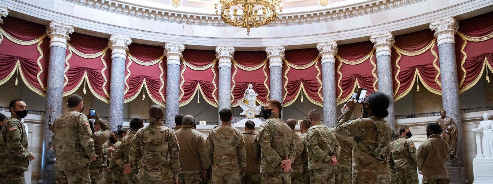 Mitglieder der Nationalgarde zeigen in der Statuenhalle des US-Kapitols in Washington Präsenz.