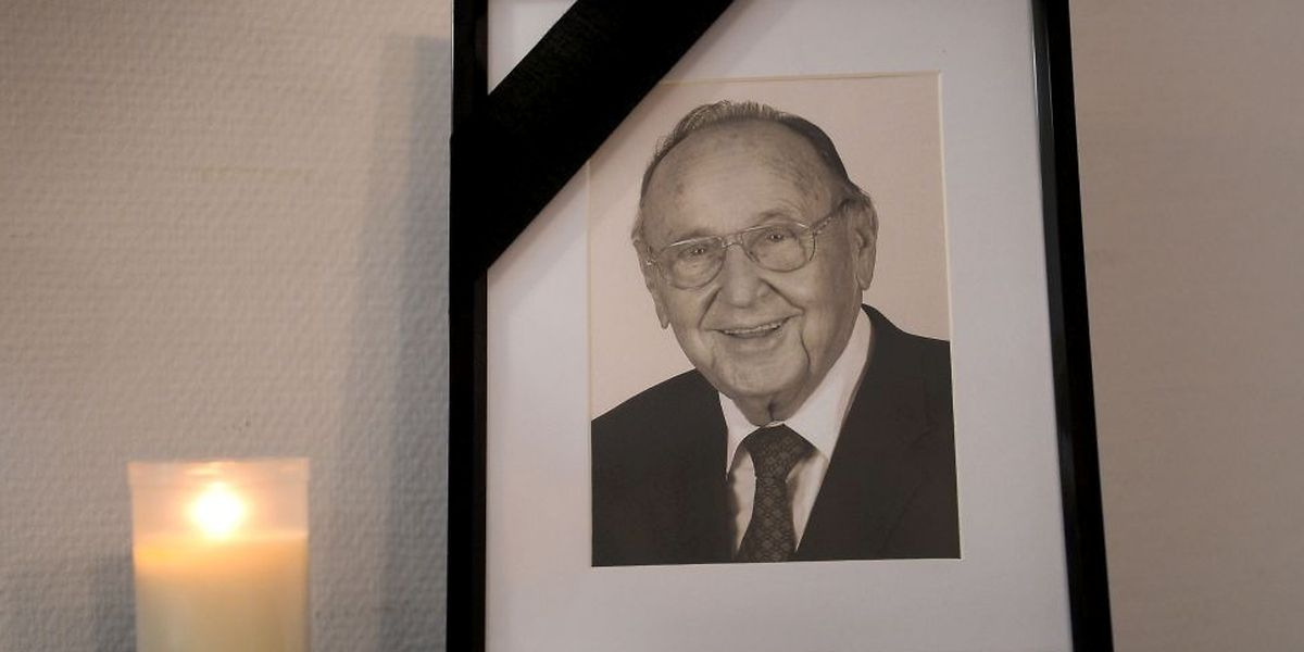 A condolence book and a photo of German politician Hans-Dietrich Genscher is pictured on April 4, 2016 at the FDP headquarters in Berlin. Germany's longest-serving foreign minister, Hans-Dietrich Genscher, whose tireless Cold War diplomacy paved the way for his country's peaceful reunification, has died at age 89, his office said Friday. / AFP PHOTO / dpa / Susann Prautsch / Germany OUT