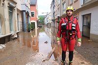 Rettungskräfte in Tauchanzügen versorgen die Anwohner / Foto: Volker BINGENHEIMER