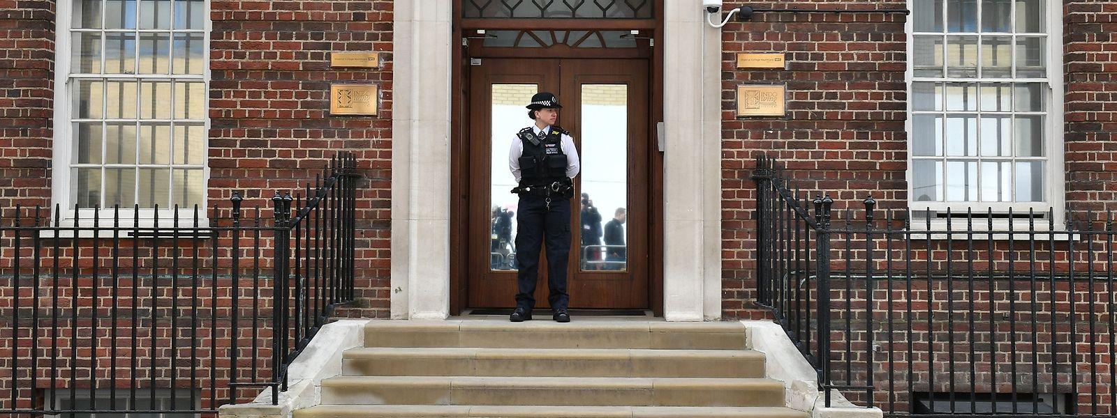 London: Polizei steht vor der Tür des St. Mary's Hospitals im Londoner Stadtteil Paddington. In dem Krankenhaus wird die britischen Herzogin Kate ihr drittes Kind zur Welt bringen.
