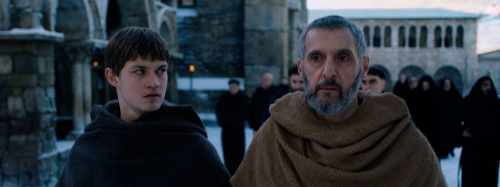 William von Baskerville – gespielt von John Turturro (r.) – und Adson von Melk (Damian Hartung) gehen im Kloster auf Mörderjagd.