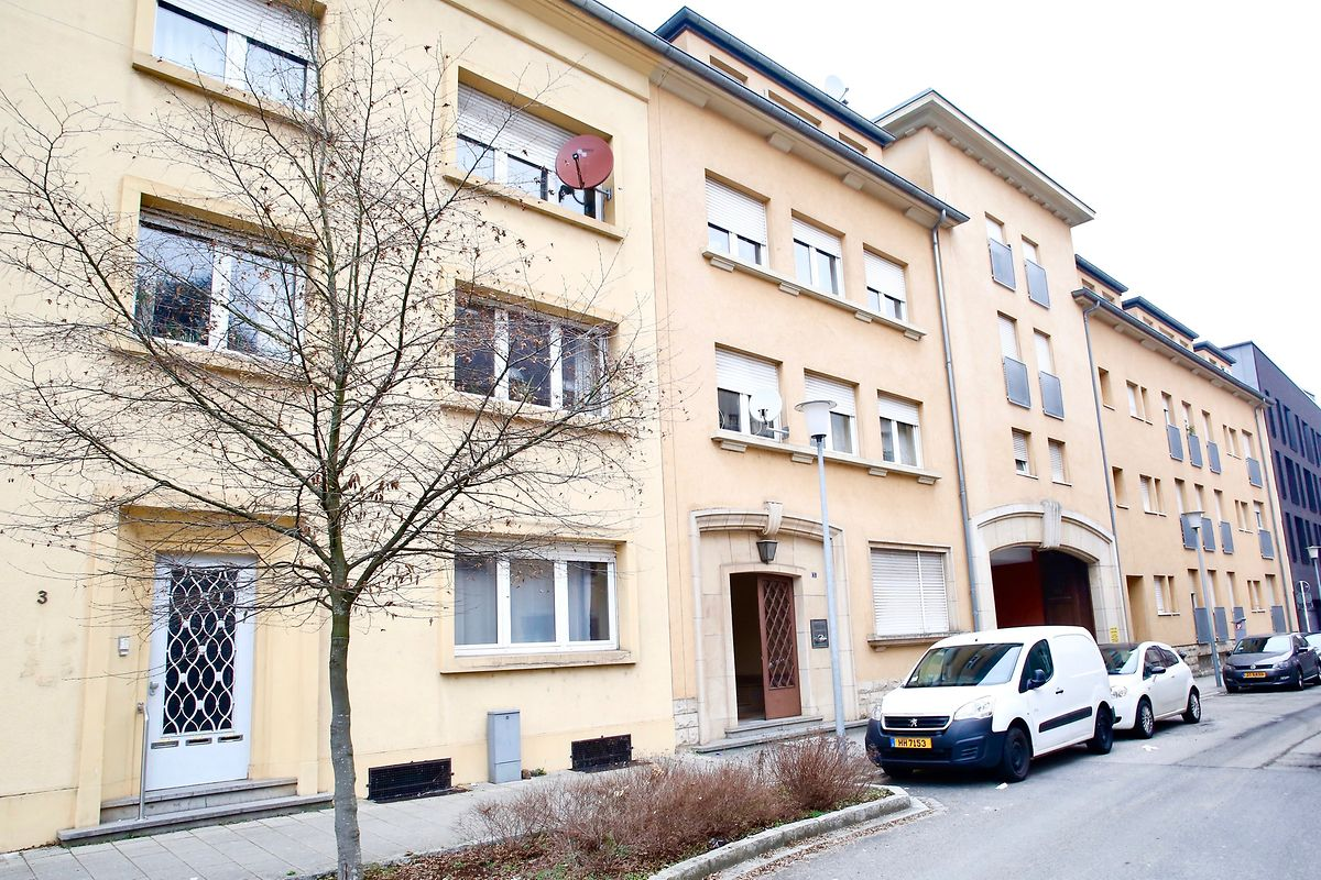 """Die Stadt Esch beabsichtigt, den Häuserblock von Nummer 5 bis 9 an der Rue de la Fontaine zu erwerben (oben). Dort soll das neue Abrisud entstehen, das seit 2007 in """"provisorischen Containern"""" am Ende der Rue Berwart untergebracht ist ."""