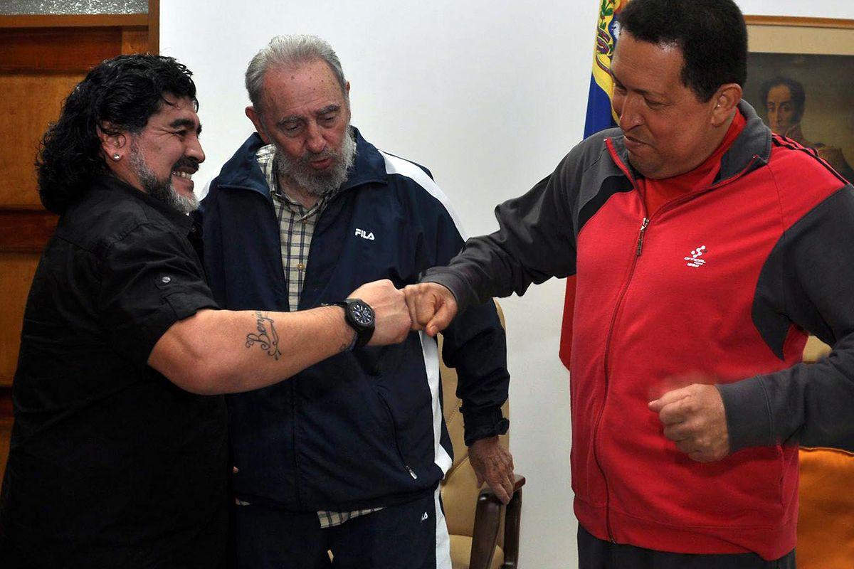 Diego Maradona (l.) traf sich öfter mit umstrittenen Persönlichkeiten, wie 2011 mit dem venezolanischen Präsidenten Hugo Chavez (r.) und dem kubanischen Staatschef Fidel Castro.