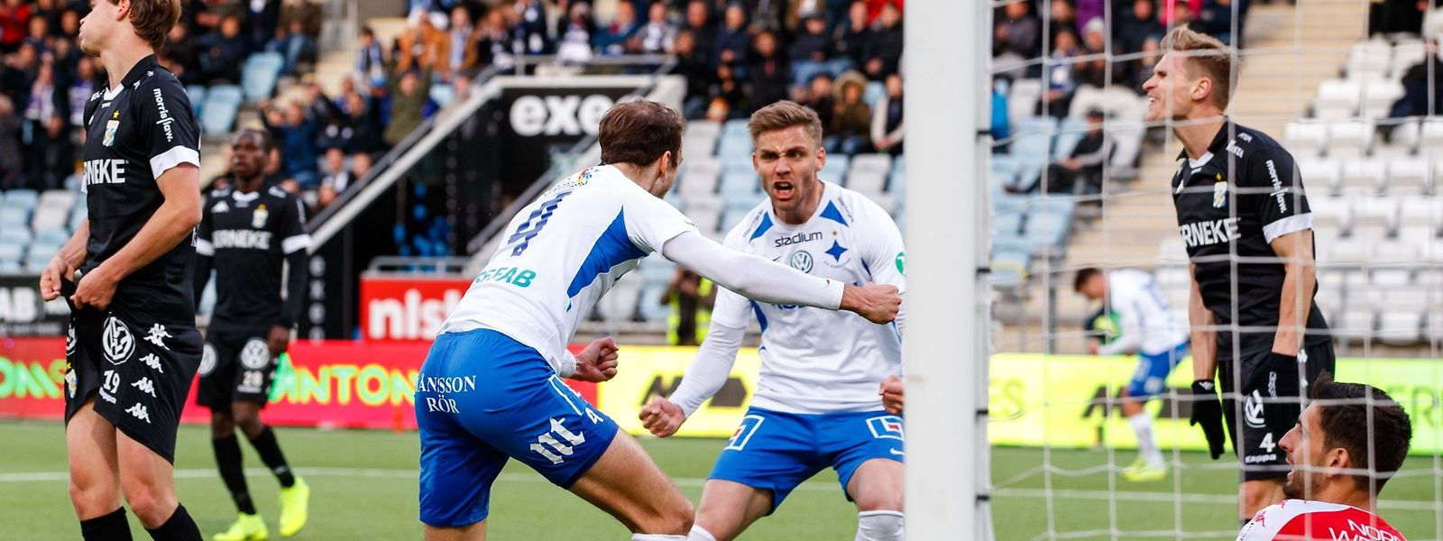 40e minute: Lars Gerson (n°4) vient de tromper le portier de l'IFK Göteborg d'une reprise de volée acrobatique pour l'égalisation de Norrköping (1-1)