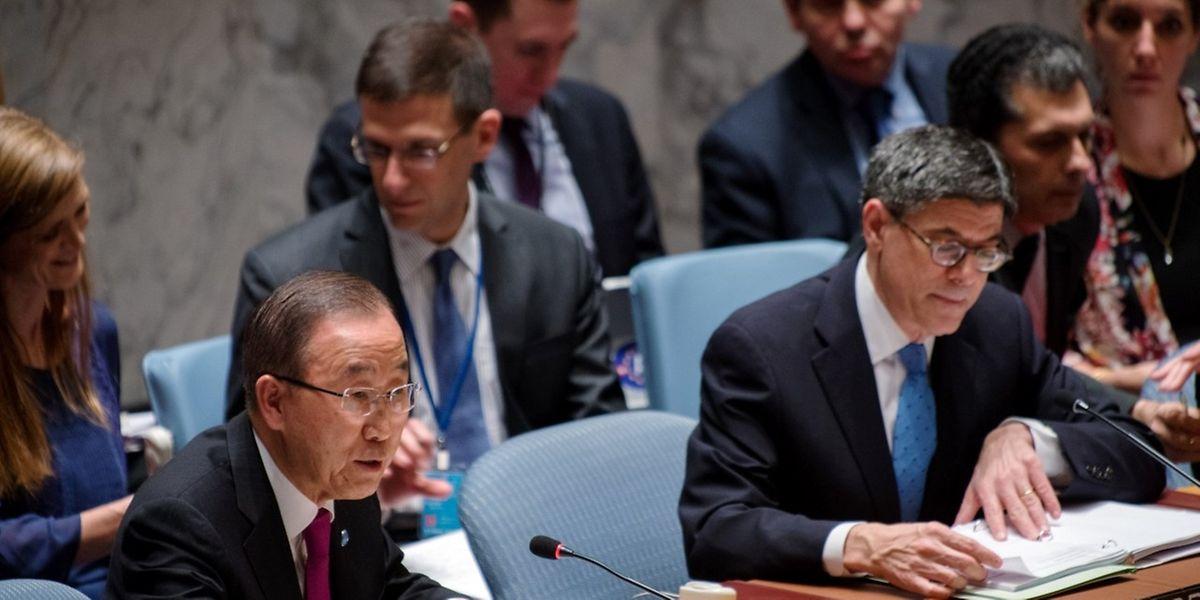New York le 17 décembre: Ban Ki-Moon, à gauche et le secrétaire du Trésor au Etats-Unis Jacob Lew.