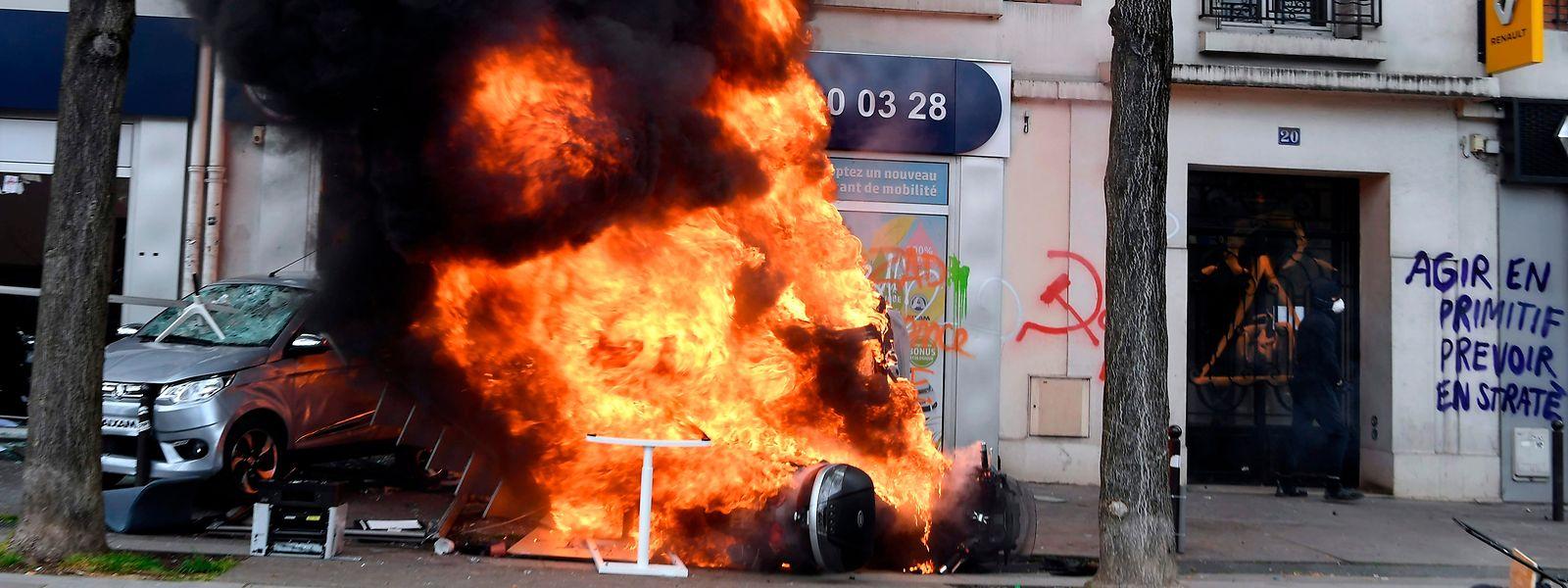 Brennende Autos, zerstörte Geschäfte: Unschöne Bilder am Rande der ansonsten friedlichen Maidemos in Paris.