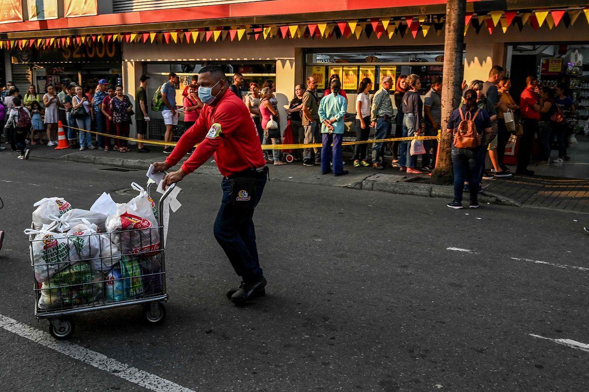 Langes Warten vor Supermarkt in Medellin (Kolumbien).
