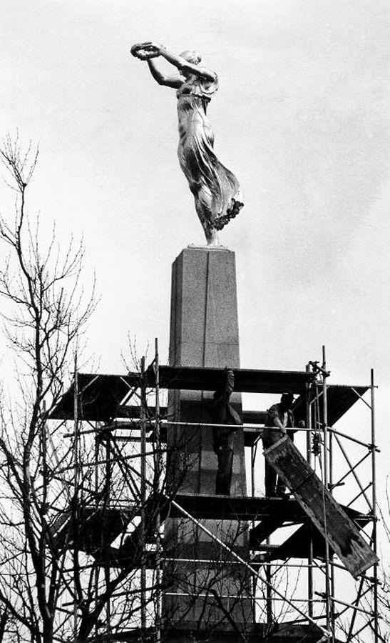 Mai 1985: La Gëlle Fra restaurée retrouve sa place initiale sur l'obélisque de 21 mètres de hauteur.