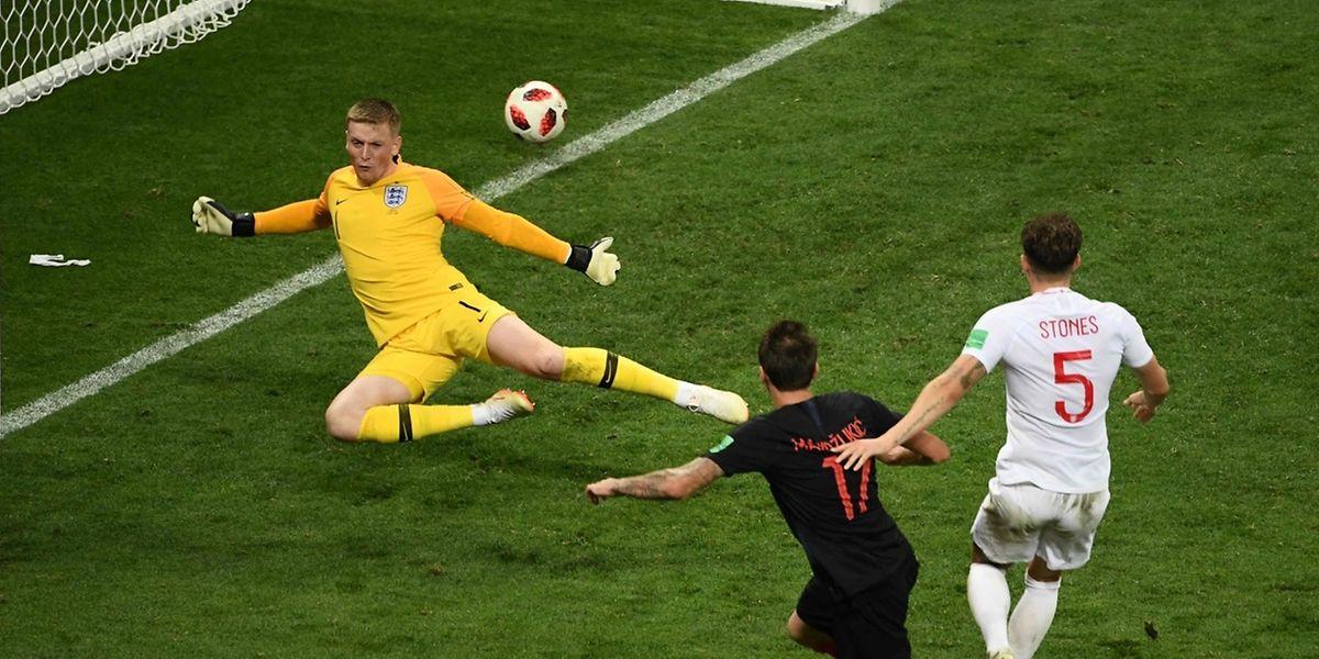 Mario Mandzukic se joue de la défense anglaise et qualifie la Croatie pour la finale.