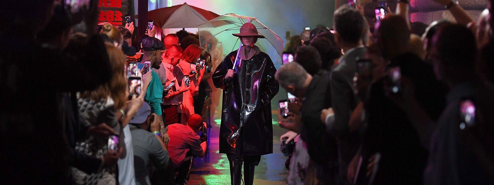 Subkultur als Ideenquelle: Für seine recht düstere Frühjahr-Sommer-Kollektion 2018 inszenierte Raf Simons ein verregnetes Chinatown.