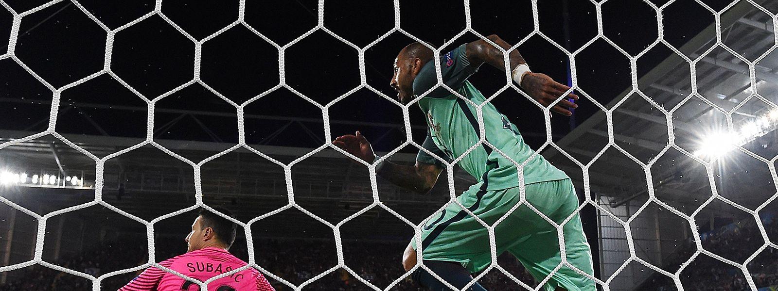 Nach knapp 120 Minuten erlöst Ricardo Quaresma die portugiesischen Fans und die Zuschauer am Fernseher mit dem entscheidenden 1:0.