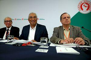 O secretário-geral do Partido Socialista, António Costa (C), acompanhado de Almeida Santos (E) e Carlos César