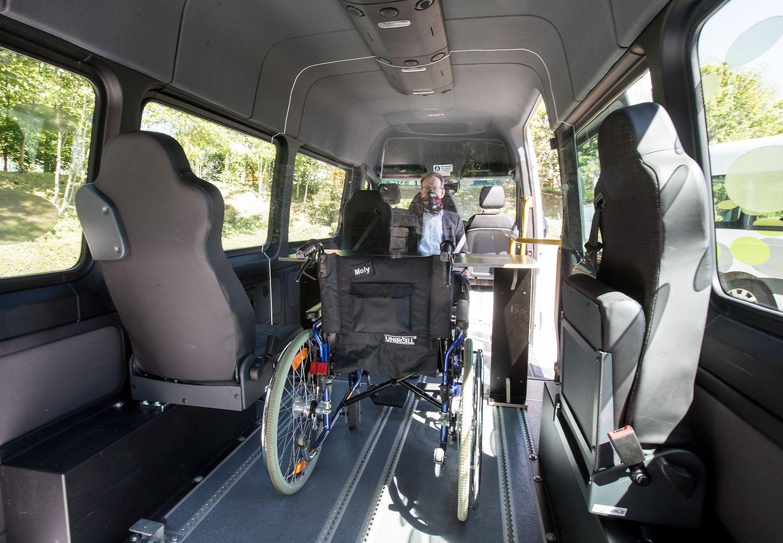 Die Minibusse verfügen über eine Rampe, um auch für Rollstuhlfahrer zugänglich zu sein, quer durch die Fahrzeuge läuft eine Trennwand aus Plexiglas.