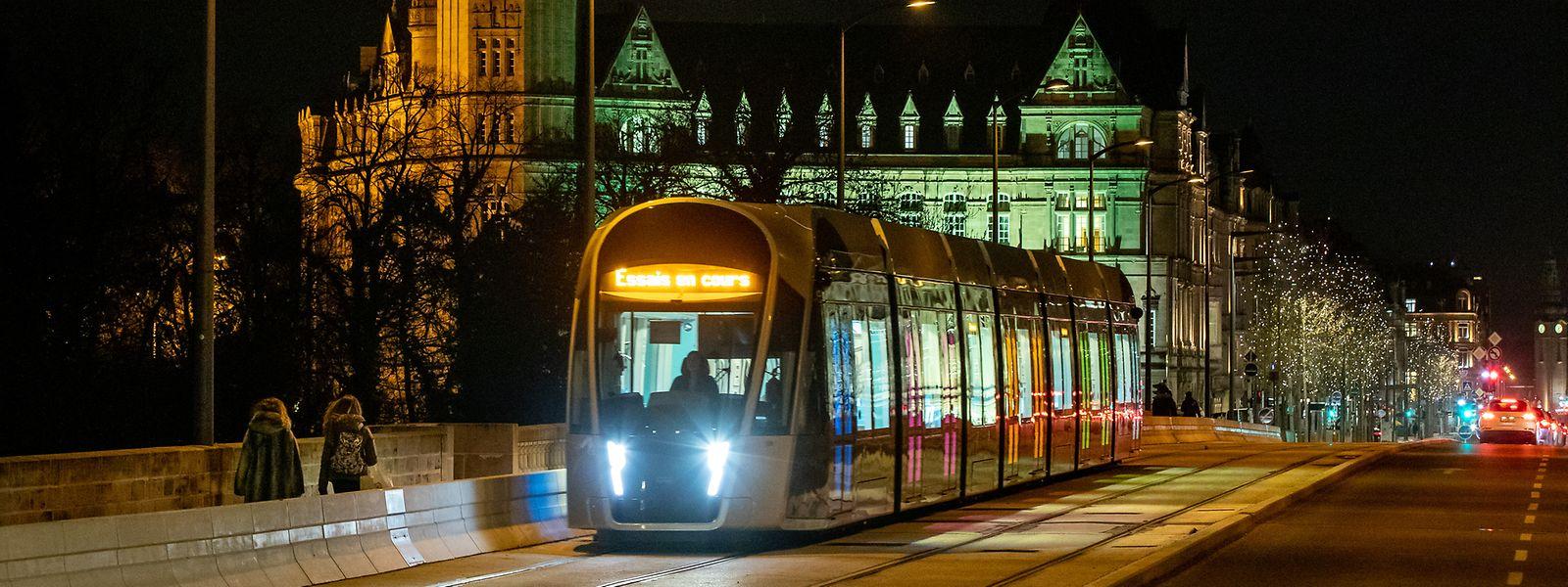 Circuler dans les rues, compris en tram, ne peut plus se faire de nuit sans pouvoir justifier d'un motif de sortie avant 6h du matin.