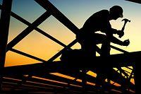 Wissen, Wirtschaft, Bau, Bauarbeiter, Hammer, Handwerker, Sonnenuntergang (Foto: Shutterstock)