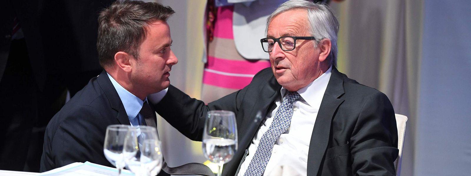 O primeiro-ministro do Luxemburgo, Xavier Bettel, e o Presidente da Comissão Europeia, o luxemburguês Jean-Claude Juncker, em Sofia, Bulgária.