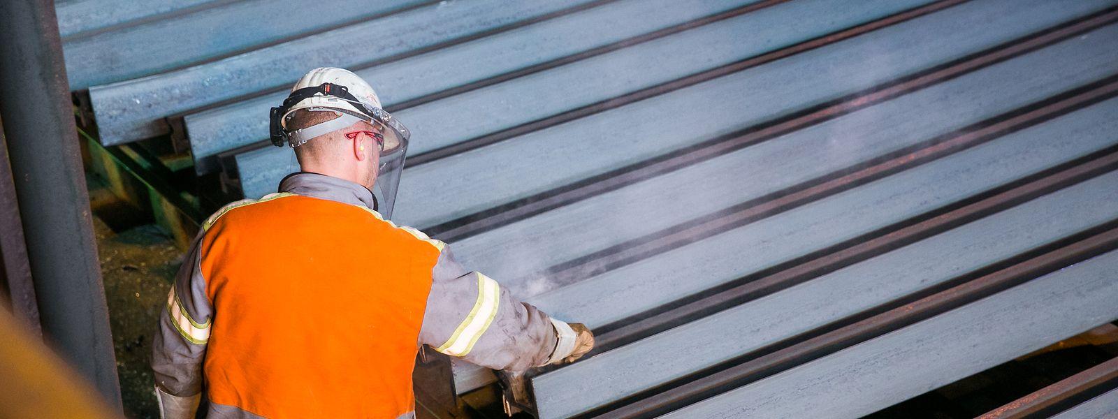 Ein Mitarbeiter inspiziert die in Rodange gewalzten Eisenträger: Das erste Halbjahr und besonders das zweite Quartal sei eine der schwierigsten Zeiten in der Geschichte des Unternehmens gewesen, hat Unternehmenschef und Hauptaktionär Lakshmi Mittal erklärt.