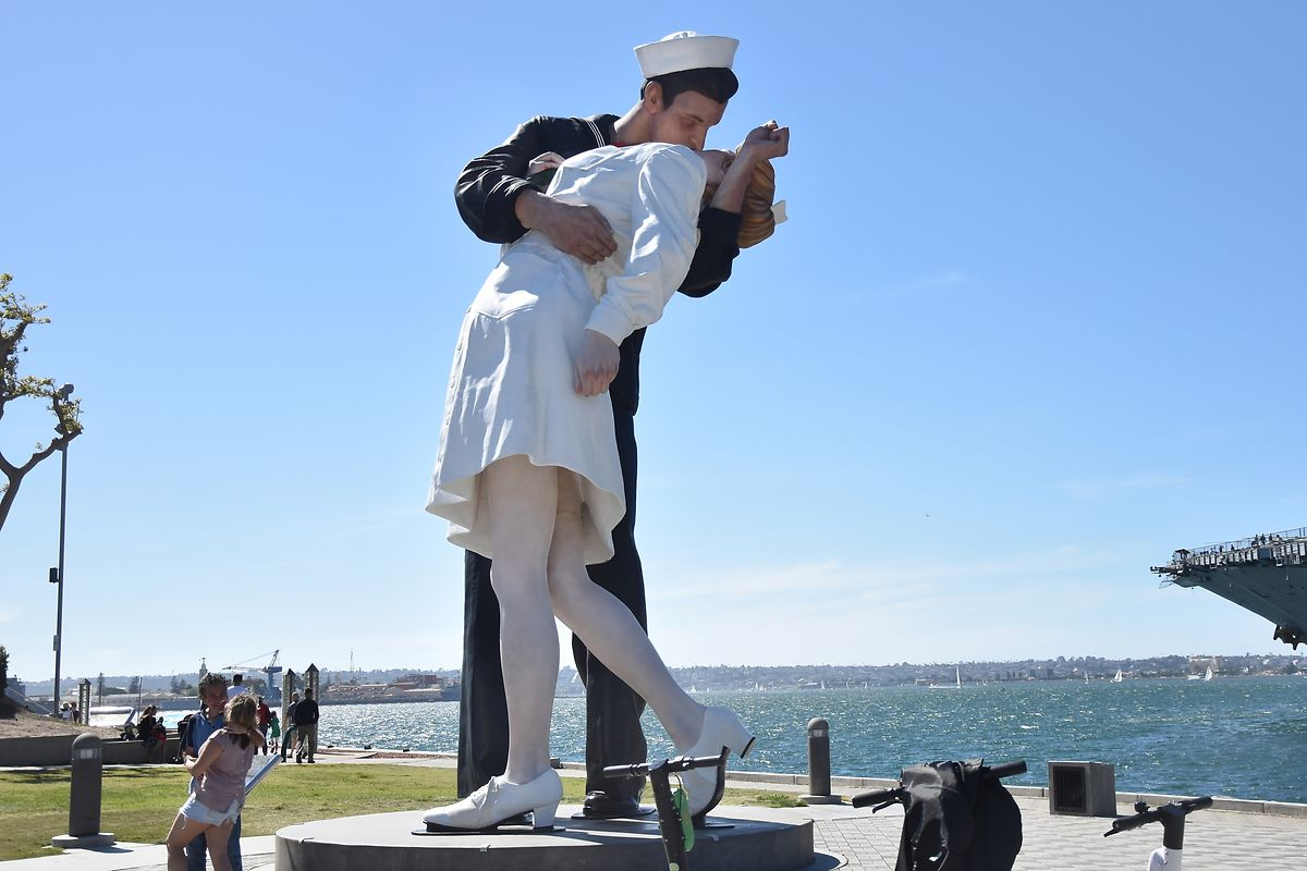 """La célèbre sculpture """"Embracing Peace"""" à San Diego, rappelant les films des années 1940/1950."""