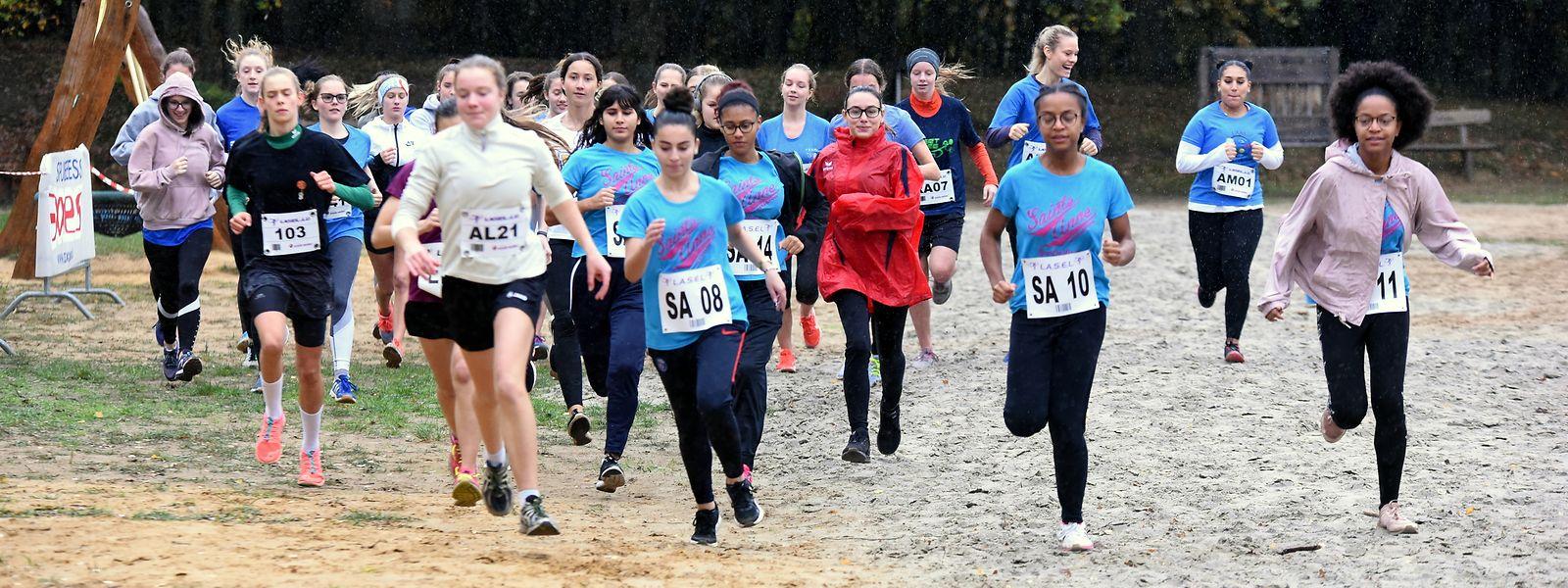 Die Mädchen und Jungen sind trotz schlechten Wetters hoch motiviert.