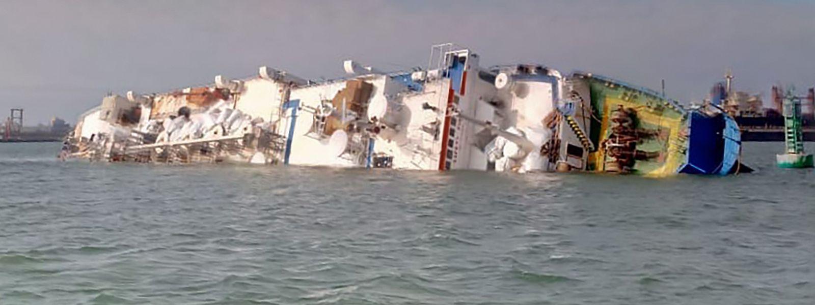 Das Schiff blieb auf der Seite im Hafenbecken liegen.