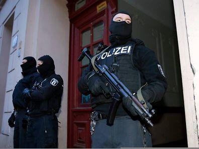 Rund 250 Einsatzkräfte nahmen am Freitag in Berlin an Razzien teil.