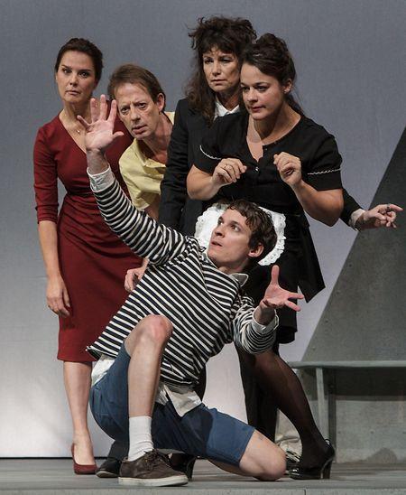 Das Schauspielensemble: Désirée Nosbusch, Luc Veit, Sabine Vitua,  Anouk Wagener (v.l.n.r) und Timo Wagner (vorne).