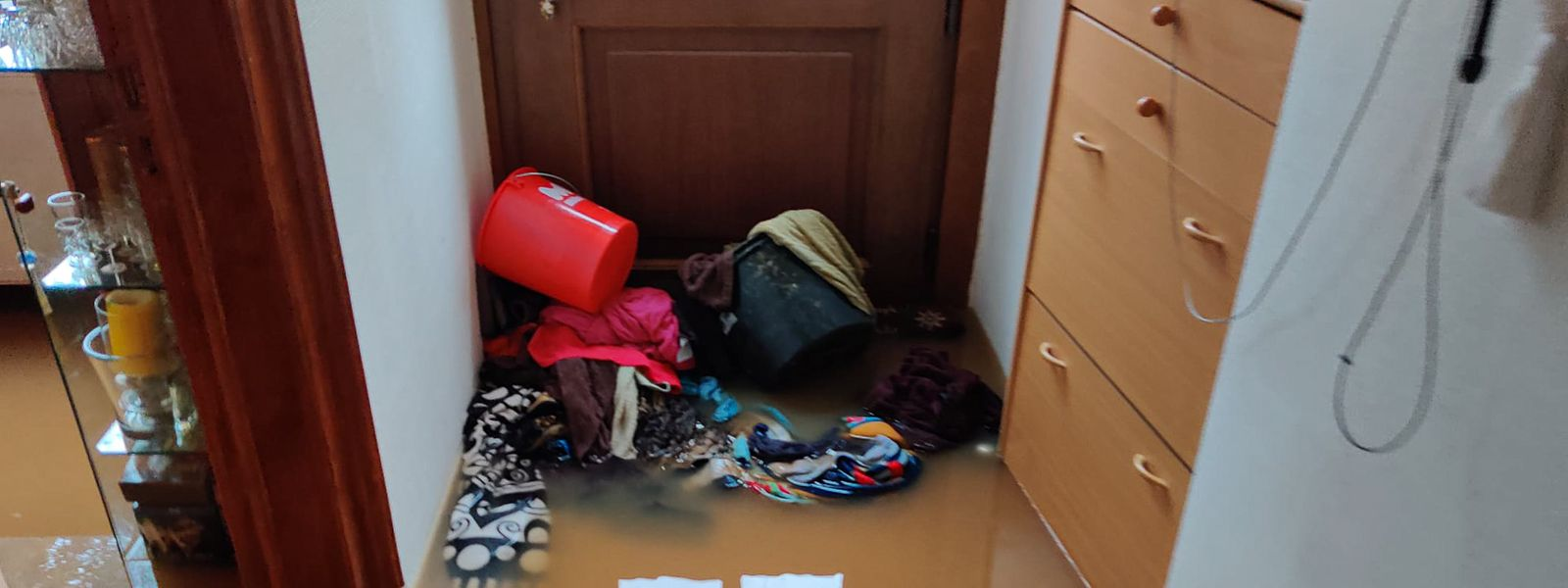 Die Familie von Viktor Wittal versuchte mit Gegenständen und Tüchern das Wasser an der Eingangstür zu stoppen - nichts half.