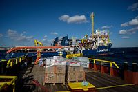 """Die """"Sea Watch 3"""" wird von anderen NGO-Schiffen mit Nahrung versorgt. Selbst einlaufen darf sie nicht."""