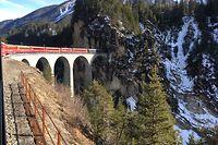 Der Landwasserviadukt bei Filisur ist weltweit ein Begriff. Die Konstruktion stammt aus dem Jahr 1901 und wurde ohne Gerüst gebaut, mit Hilfe zweier Kräne. Der Viadukt ist eines der Wahrzeichen der Rhätischen Bahn.