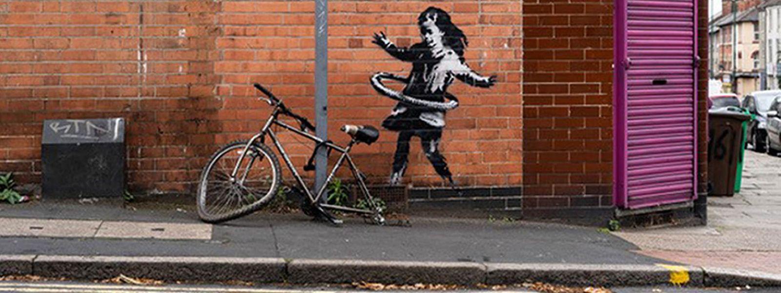Das neueste Street-Art-Werk des britischen Künstlers Banksy auf einer Backsteinfassade in der Rothesay Avenue in Nottingham zeigt ein Mädchen, das mit einem Hula Hoop Reifen spielt.