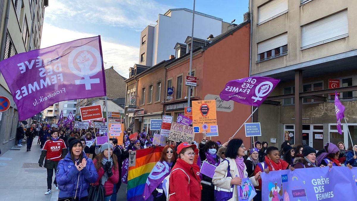 Mit Fahnen und Transparenten zogen die Demonstrantinnen durch die Straßen.