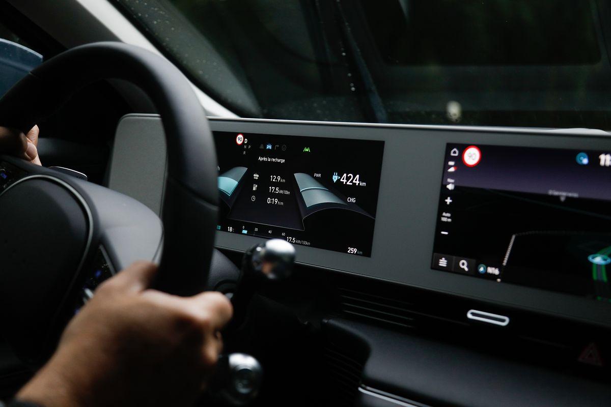 Die digitalen Displays für die Bordinformationen und die Navigationsanzeige sind jeweils waagerecht angeordnet.