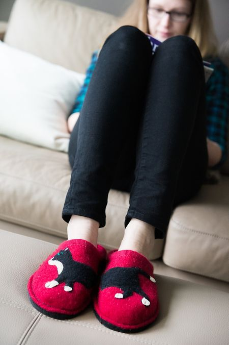Der Hausschuh hat ein stylishes Image bekommen. Filz ist einer der Trends - gerne auch verziert durch verschiedene Applikationen oder saisonale Motive.