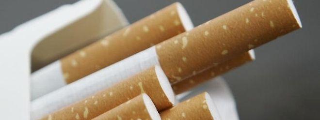 Les contrebandiers achetaient des tubes et du tabac en vrac au Luxembourg pour revendre les cigarettes en Angleterre, où leur prix est très élevé.
