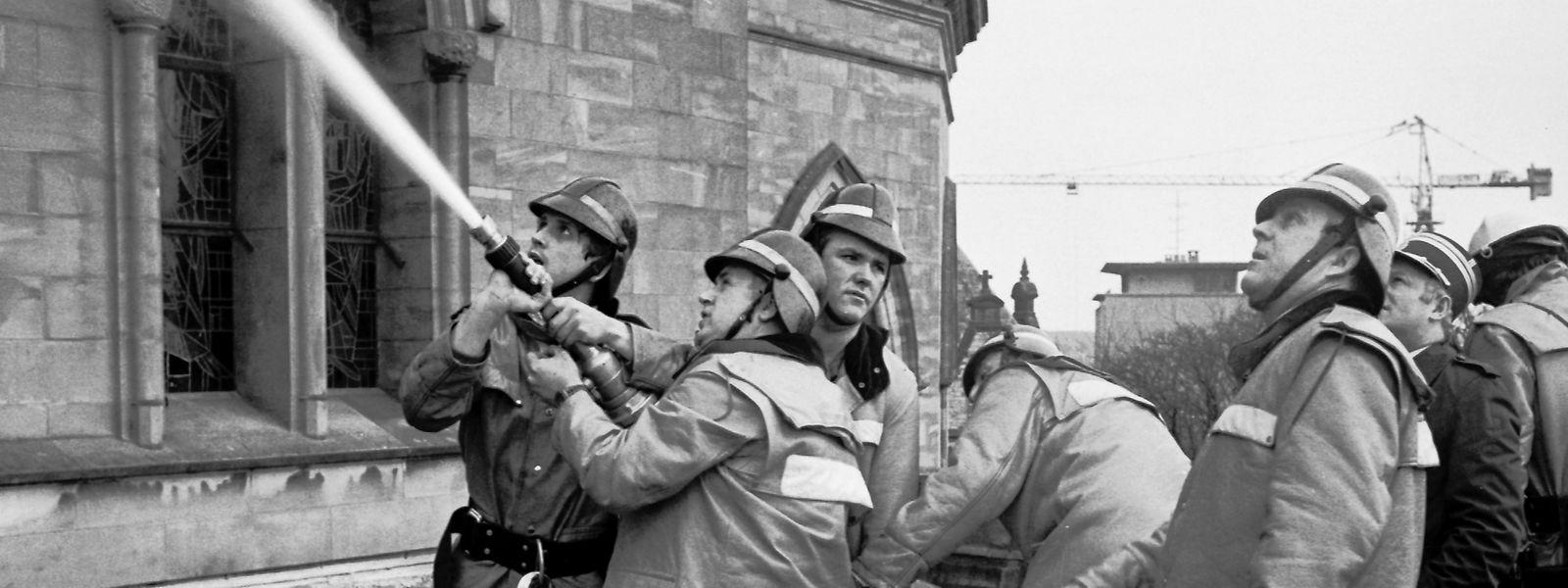 Die Feuerwehr konnte den Einsturz des Turmes nicht verhindern.