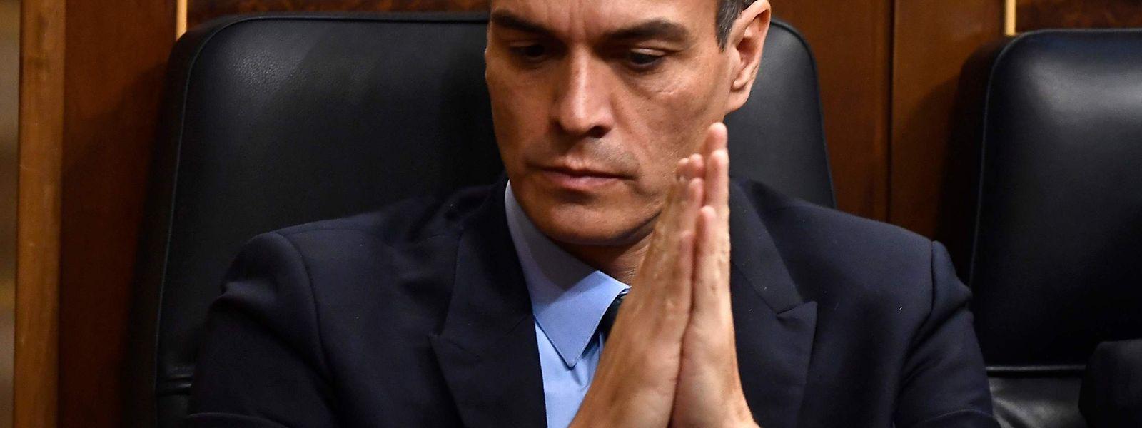 Jetzt hilft nur noch Beten: Spaniens Premier Pedro Sánchez bekommt vom Parlament eine herbe Abfuhr.
