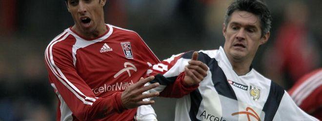 """Olivier Baudry, ici face à André Rodrigues, durant ses """"années Jeunesse"""". Depuis le sud de la France, il  se tient toujours au courant du football luxembourgeois."""